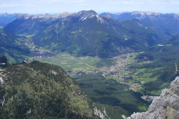Foto: Thomas Paschinger / Klettersteig Tour / Klettersteig Seeben und Klettersteig Vorderer Tajakopf / Blick über Leermoos und Ehrwald zum Daniel (2340m) / 25.07.2009 14:13:24