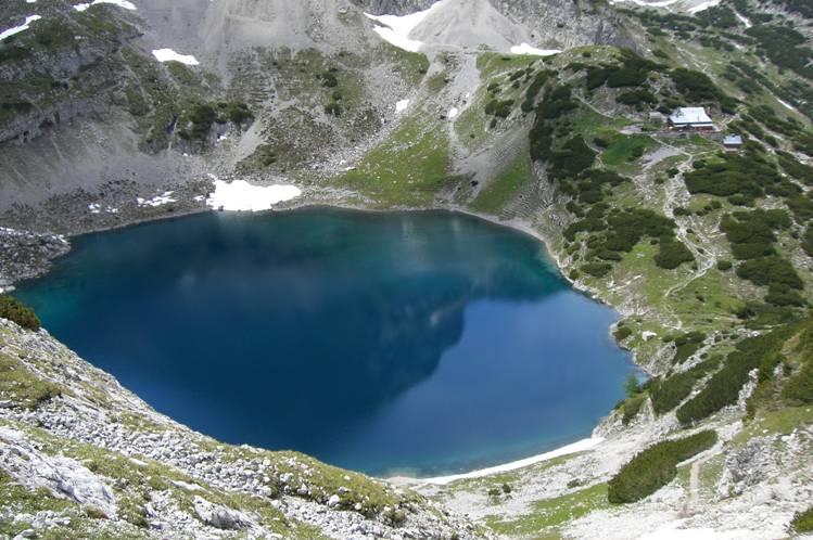 Foto: Thomas Paschinger / Klettersteigtour / Klettersteig Seeben und Klettersteig Vorderer Tajakopf / direkt neben dem Drachensee die Coburger Hütte (1917m) / 25.07.2009 14:11:56
