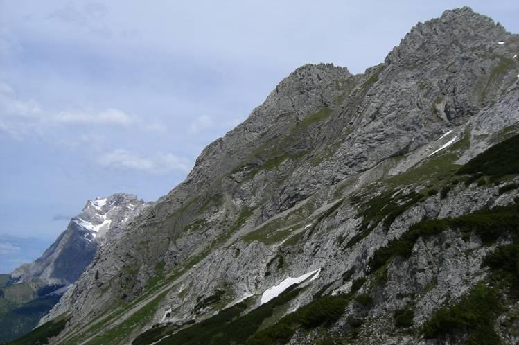 Foto: Thomas Paschinger / Klettersteigtour / Klettersteig Seeben und Klettersteig Vorderer Tajakopf / die komplette Tajakante ; rechts oben der Vordere Tajakopf (2450m) / 25.07.2009 14:10:13