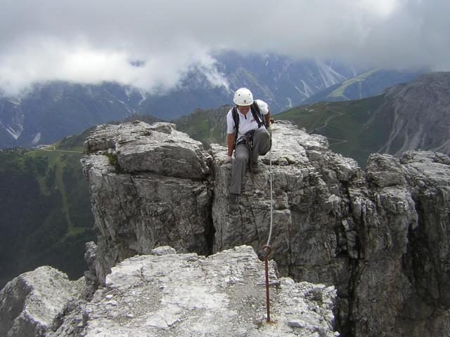 Foto: Wolfgang Lauschensky / Klettersteig Tour / Über den Schlicker Klettersteig auf die Große Ochsenwand / Ansatz zum Spreizschritt am Gipfelgrat / 11.10.2012 09:31:23