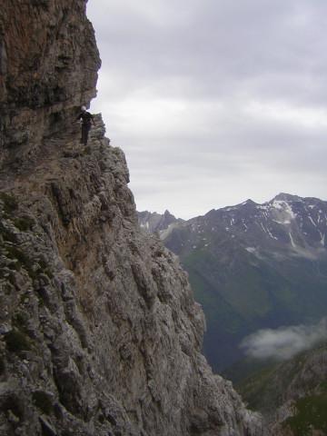 Foto: Wolfgang Lauschensky / Klettersteigtour / Klettersteig Ilmspitze / ausgesetztes Felsband / 22.07.2011 18:36:25