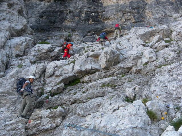 Foto: Wolfgang Lauschensky / Klettersteig Tour / Bocchette Weg - Sentiero SOSAT / über Bänder aus der Schlucht / 30.08.2013 21:17:40