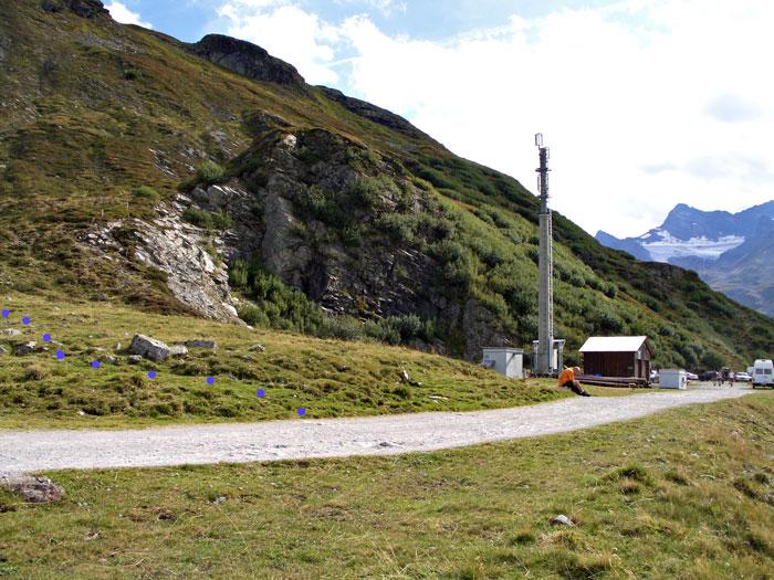 Foto: vince 51 / Wandertour / Von der Bielerhöhe auf das Hohe Rad / Mobilfunkmast am Parkplatz. Die blauen Punkte markieren den Wegverlauf / 24.11.2011 23:26:08