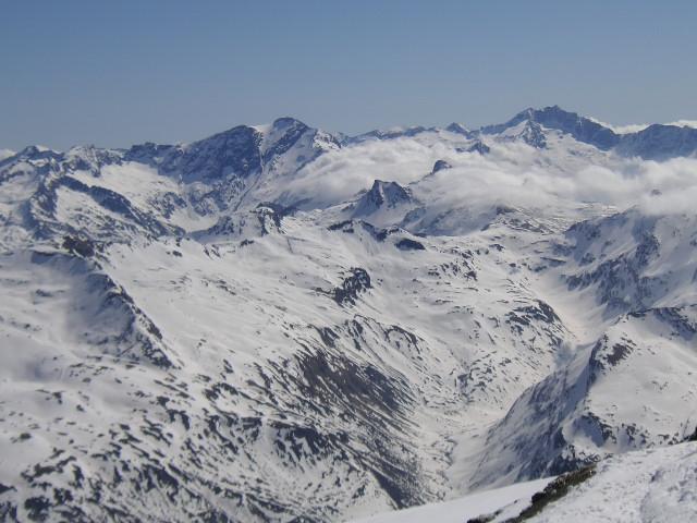 Foto: Wolfgang Lauschensky / Skitour / Von Sportgastein auf das Schareck / Gipfelblick nach Osten zu Ankogel und Hochalmspitze / 22.04.2012 18:23:18