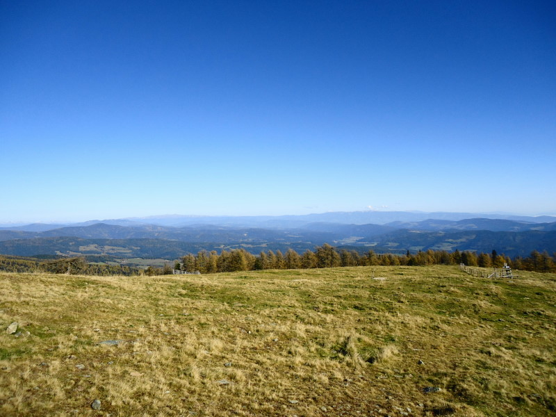 Foto: Günter Siegl / Wandertour / Kruckenspitze, 1886 m / Im Hintergrund Seetaler Alpen und Saualpe / 06.11.2014 19:36:10