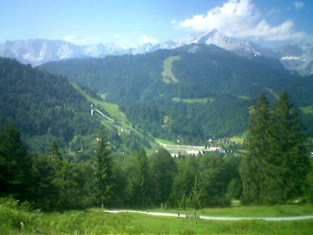 Foto: Charly Weigarten / Mountainbike Tour / Esterberg Alm / Blick auf die alte Skisprungschanze und auf die Alpspitze / 02.08.2009 20:05:56