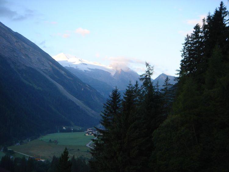 Foto: Manfred Karl / Mountainbike Tour / Auf die Junsbergalm / Etwas oberhalb von Juns hat man einen schönen Ausblick ins Tuxertal und in die Zillertaler Alpen mit dem Olperer. / 06.05.2008 20:10:29
