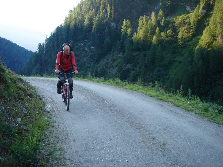 Foto: Manfred Karl / Mountainbike Tour / Auf die Junsbergalm / Genussreicher gehts mit leichter Bikeausrüstung als mit dem schweren Rucksack. / 06.05.2008 20:06:14