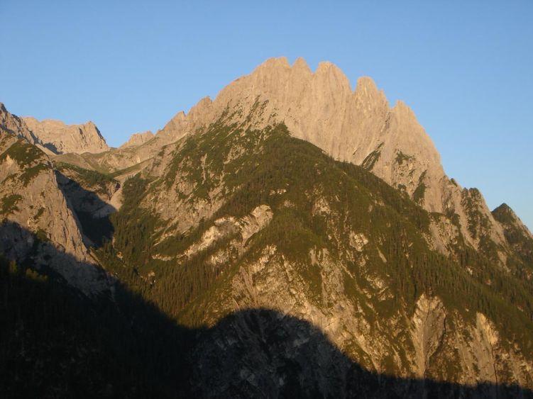 Foto: Manfred Karl / Mountainbike Tour / Über die Dolomitenhütte zur Karlsbader Hütte / Sonnenaufgang am Spitzkofelkamm - bei der Dolomitenhütte sollte man schon frühmorgens sein, vor dem Ansturm der Autofahrer. / 06.05.2008 19:58:44