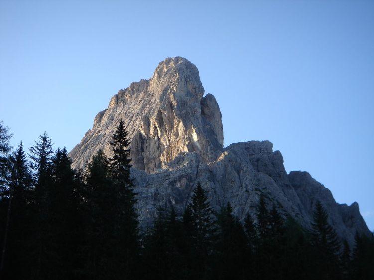 Foto: Manfred Karl / Mountainbike Tour / Über die Dolomitenhütte zur Karlsbader Hütte / Ab und zu stehen bleiben - und den Blick nach oben richten: Die Felswände sind beeindruckend und einladend zum Klettern. / 06.05.2008 19:57:25