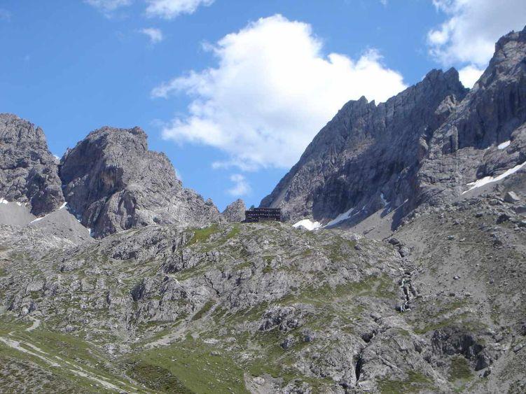 Foto: Manfred Karl / Mountainbiketour / Über die Dolomitenhütte zur Karlsbader Hütte / In einem großen Bogen über links erreicht der Fahrweg die Karlsbader Hütte. Ein letzter Blick zurück. Wenn man beim Bergaufradeln einmal hier angekommen ist, dann schafft man diese letzte Hürde auch noch. / 06.05.2008 19:54:44