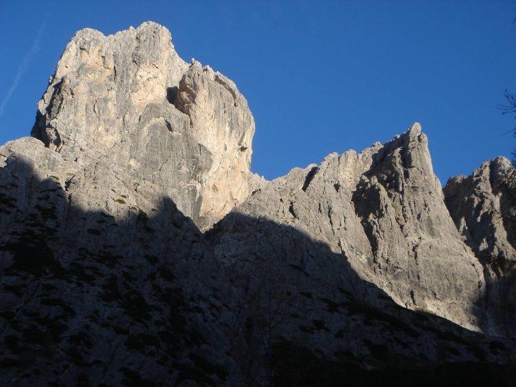 Foto: Manfred Karl / Mountainbike Tour / Über die Dolomitenhütte zur Karlsbader Hütte / Die gewaltigen Felsfluchten der Laserzwände bilden eine eindrucksvolle Kulisse. / 06.05.2008 19:50:54