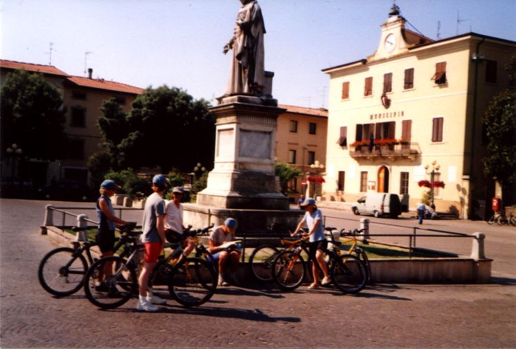 Foto: Manfred Karl / Mountainbike Tour / Von Certaldo nach San Gimignano / Start in Certaldo. / 27.05.2008 20:20:09