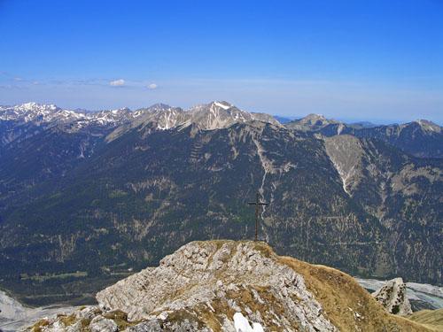 Foto: vince 51 / Wander Tour / Von Forchach auf die Schwarzhanskarspitze / Gipfelkreuz auf dem Vorgipfel / 06.05.2008 23:01:53