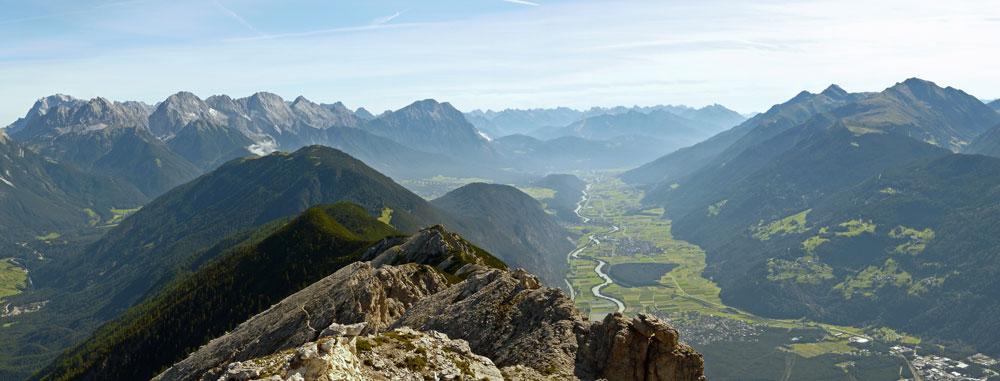 Foto: vince 51 / Wander Tour / Tschirgant / ganz links Zugspitze, dann Mieminger Kette und das Inntal / 10.07.2009 20:22:54
