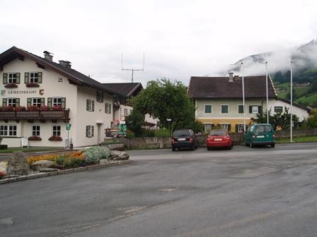 Foto: GeriAut / Mountainbike Tour / Wildkogeltrail / Parkmöglichkeit in Bramberg beim Gemeindeamt / 28.07.2011 20:51:58