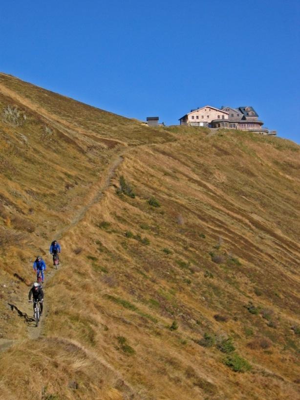 Foto: forstpointler / Mountainbike Tour / Wildkogeltrail / die geile Abfahrt beginnt. Im Hintergrund das Wildkogelhaus / 11.09.2009 14:16:50