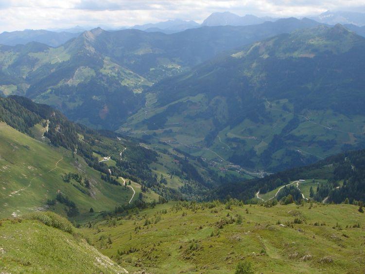 Foto: Manfred Karl / Wander Tour / Höllwand / Vom Kamm schaut man hinunter ins Großarltal und überblickt gut den Aufstiegsweg / 03.06.2008 15:14:30