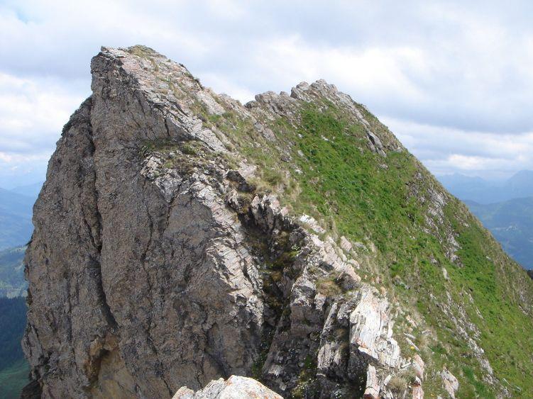 Foto: Manfred Karl / Wander Tour / Höllwand / Der kurze Grat zum höchsten Punkt verlangt Trittsicherheit und Schwindelfreiheit / 03.06.2008 15:02:40