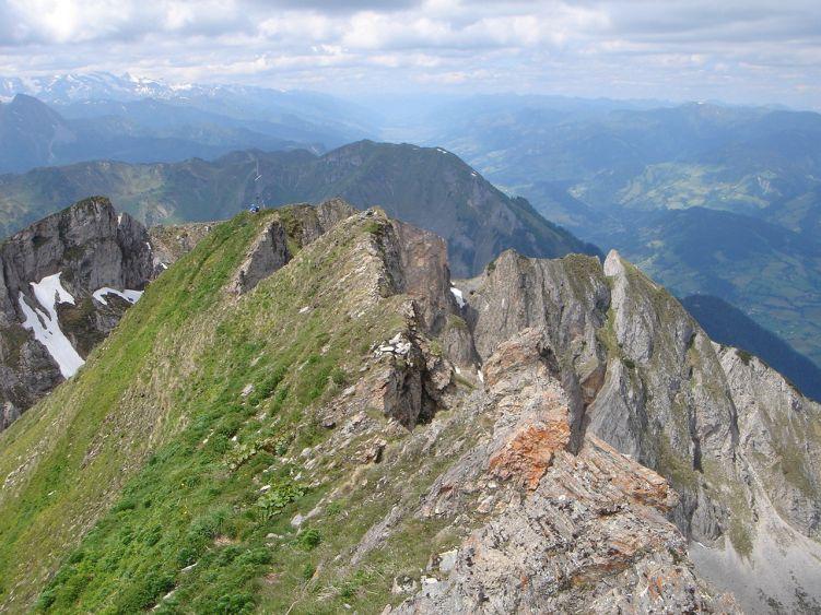 Foto: Manfred Karl / Wander Tour / Höllwand / Der brüchige und schmale Verbindungsgrat zwischen Gipfelkreuz und höchstem Punkt / 03.06.2008 14:59:58