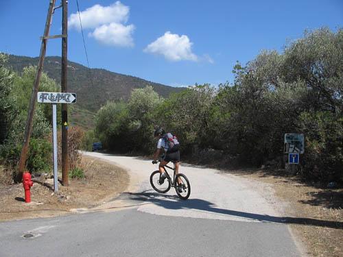 Foto: Lenswork.at / Ch. Streili / Mountainbike Tour / Von Cupabia über den Bocca di Gradello nach Coti-Chiavari / nach der Überquerung der Bundesstrasse in die Sackgasse einbiegen / 19.10.2007 18:41:28