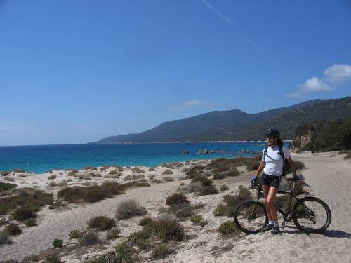 Foto: Lenswork.at / Ch. Streili / Mountainbike Tour / Von Cupabia über den Bocca di Gradello nach Coti-Chiavari / am Strand von Cupabia / 19.10.2007 18:40:04
