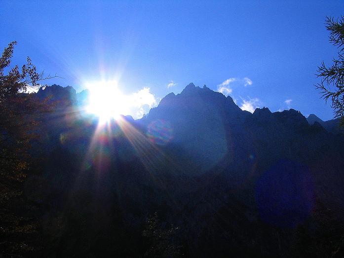 Foto: Andreas Koller / Klettersteig Tour / Hochturm - Nordflankensteig (2088 m) / Der Koschuta-Kamm im Gegenlicht / 18.09.2007 01:28:51