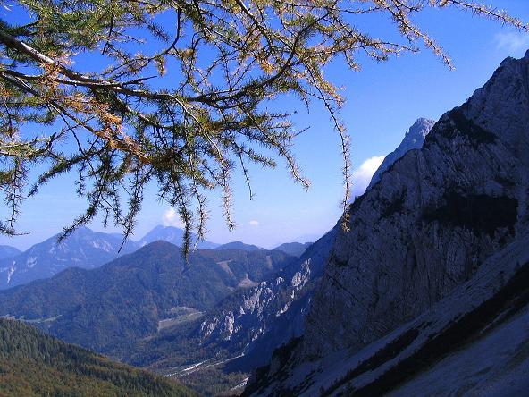Foto: Andreas Koller / Klettersteig Tour / Hochturm - Nordflankensteig (2088 m) / Blick vom Anstieg zum Hainsch Sattel auf Hochobir (2139 m) und Koschuta (2134 m) / 18.09.2007 01:26:15