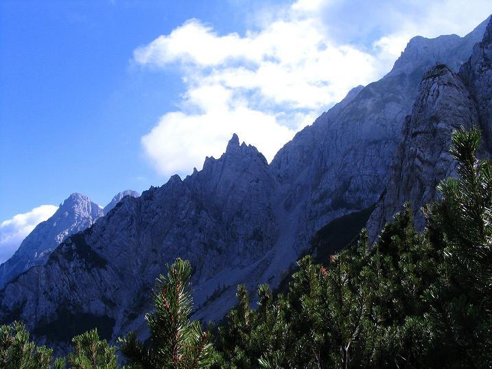Foto: Andreas Koller / Klettersteig Tour / Hochturm - Nordflankensteig (2088 m) / Der Blick auf den östlichen Koschuta-Stock / 18.09.2007 01:25:40