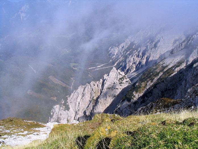 Foto: Andreas Koller / Klettersteig Tour / Hochturm - Nordflankensteig (2088 m) / Tiefblick in den Hainsch Graben / 18.09.2007 01:14:15