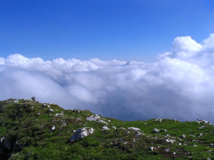 Foto: Andreas Koller / Klettersteig Tour / Hochturm - Nordflankensteig (2088 m) / Blick vom Gipfel nach SO (aus dem Nebelmeer taucht die Spitze des Grintovec, 2558 m, auf) / 18.09.2007 01:12:05