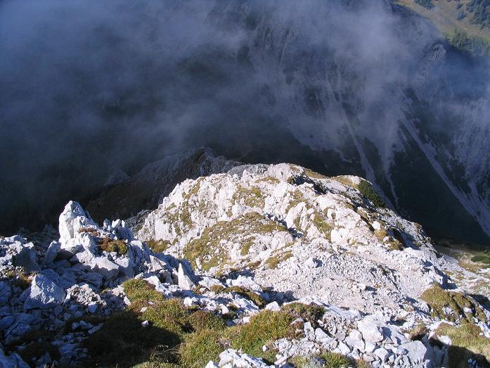 Foto: Andreas Koller / Klettersteig Tour / Hochturm - Nordflankensteig (2088 m) / Der steile Abstieg, im Dunklen liegt der Hainsch Sattel / 18.09.2007 01:09:22