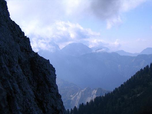 Foto: Andreas Koller / Klettersteig Tour / Hochturm - Nordflankensteig (2088 m) / Blick aus der NW-Flanke zu den Julischen Alpen in Slowenien / 18.09.2007 01:07:55