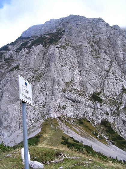 Foto: Andreas Koller / Klettersteig Tour / Hochturm - Nordflankensteig (2088 m) / Zurück am Hainsch Sattel mit Blick in die steile NW-Flanke des Hochturm / 18.09.2007 01:04:23
