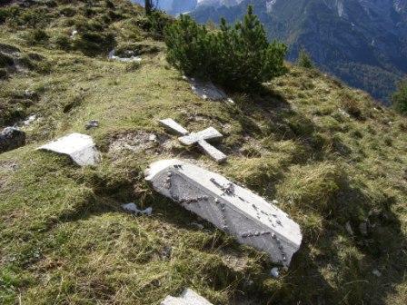 Foto: dobratsch11 / Wander Tour / Jof di Miezegnot (Mittagskofel) 2087m / Betonierte Särge, Zeugen vom Ersten Weltkrieg / 24.09.2007 16:55:13