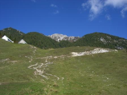 Foto: dobratsch11 / Wander Tour / Jof di Miezegnot (Mittagskofel) 2087m / Am Sompdogna Sattel im Hintergrund der Mittagskofel / 24.09.2007 16:55:43