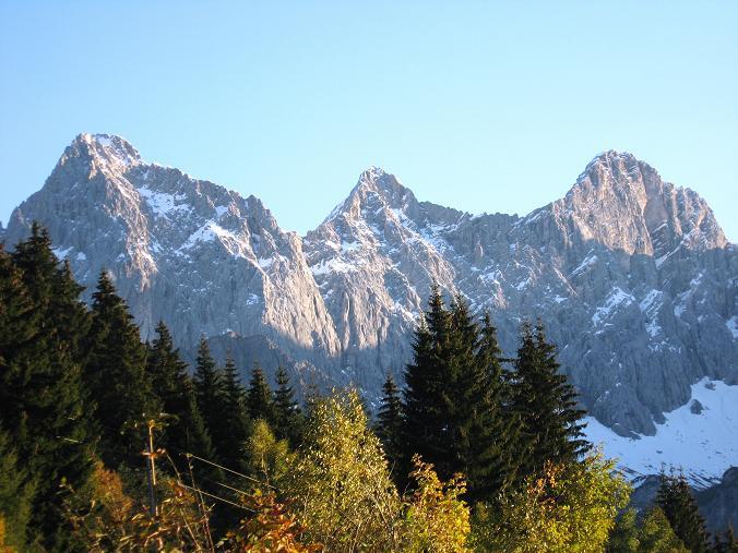 Foto: Andreas Koller / Wander Tour / Über die Steinerscharte zur Adamekhütte (2721 m) / Die Dachstein-Südwand (2996 m) / 28.09.2007 19:20:34