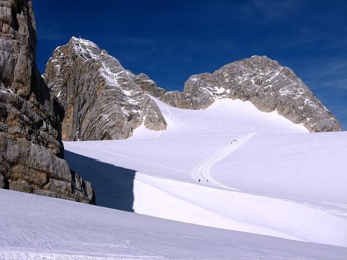 Foto: Andreas Koller / Wander Tour / Über die Steinerscharte zur Adamekhütte (2721 m) / Die ausgetretene Spur führt zum Hohen Dachstein (2996 m) bzw. nördlich vorbei zur Simonyhütte oder Steiner Scharte / 28.09.2007 19:19:46