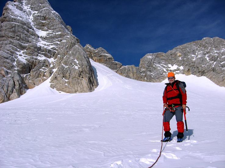 Foto: Andreas Koller / Wander Tour / Über die Steinerscharte zur Adamekhütte (2721 m) / Im oberen Winkel des Hallstätter Gletschers mit Hohem Dachstein (2996 m) / 28.09.2007 19:18:51