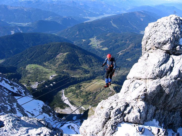 Foto: Andreas Koller / Klettersteig Tour / Westgrat Koppenkarstein neu (2865 m) / Luftig, aber faszinierend ist der Gang über die Seilbrücke / 28.09.2007 19:59:57