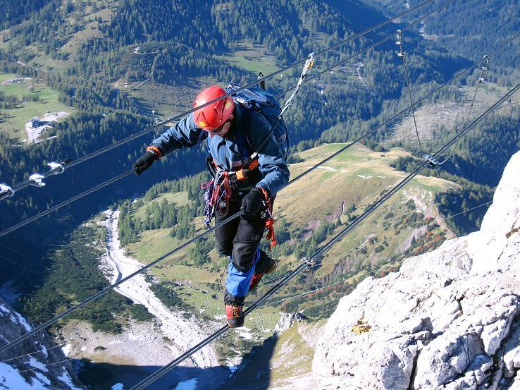 Foto: Andreas Koller / Klettersteig Tour / Westgrat Koppenkarstein neu (2865 m) / Mit luftigem Blick in die Ramsau geht es über die Seilbrücke / 28.09.2007 19:59:22