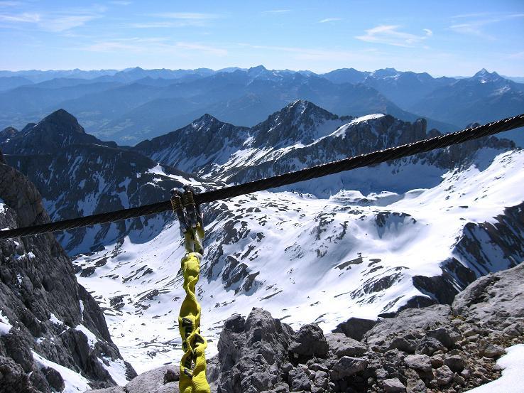 Foto: Andreas Koller / Klettersteig Tour / Westgrat Koppenkarstein neu (2865 m) / Selbstsicherung mit dem Y-Set am Drahtseil ... und genussvoller Blick in die Schladminger Tauern / 28.09.2007 19:55:02