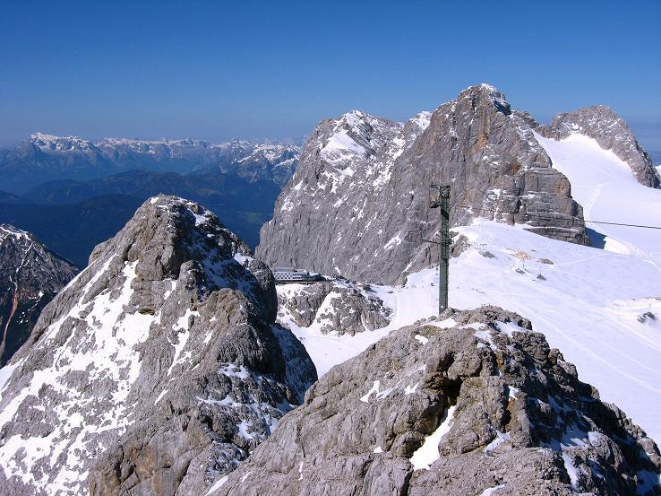 Foto: Andreas Koller / Klettersteig Tour / Westgrat Koppenkarstein neu (2865 m) / Blick über den W-Grat auf den Hohen Dachstein (2996 m) und zum Hunerkogel mit Seilbahn-Bergstation / 28.09.2007 19:52:16