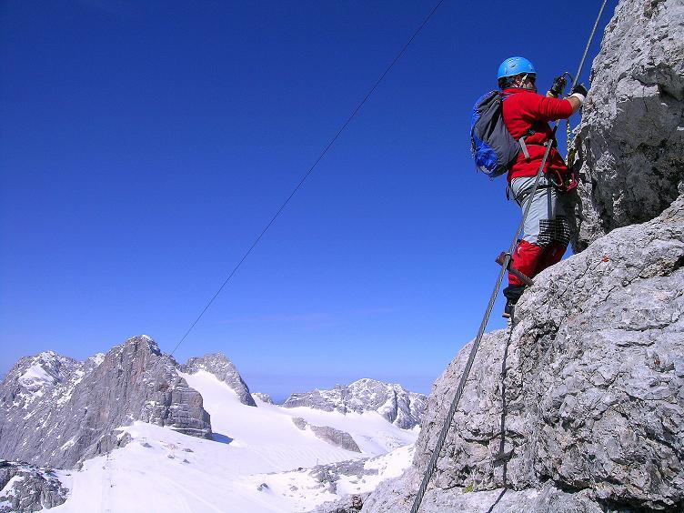 Foto: Andreas Koller / Klettersteig Tour / Westgrat Koppenkarstein neu (2865 m) / Luftige Passage am W-Grat mit Blick über die Gletscherflächen und zum Hohen Dachstein (2996 m) / 28.09.2007 19:48:53