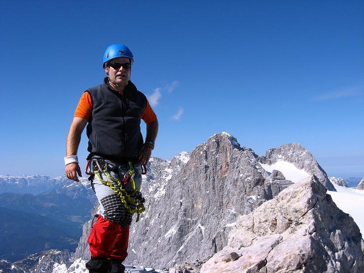 Foto: Andreas Koller / Klettersteig Tour / Westgrat Koppenkarstein neu (2865 m) / Rast am Kleinen Koppenkarstein mit Blick auf den Hohen Dachstein (2996 m) / 28.09.2007 19:47:14