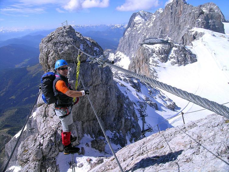 Foto: Andreas Koller / Klettersteig Tour / Westgrat Koppenkarstein neu (2865 m) / Zurück über die Seilbrücke mit Blick auf den Hunerkogel und die Seilbahn-Bergstation / 28.09.2007 19:45:06