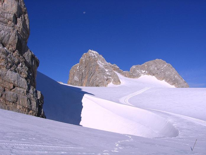 Foto: Andreas Koller / Wander Tour / Hoher Dachstein und Windlegerscharte (2996 m) / Der Dachstein von NO vom Hallstätter Gletscher / 01.10.2007 19:40:24