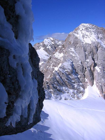 Foto: Andreas Koller / Wander Tour / Hoher Dachstein und Windlegerscharte (2996 m) / Blick vom W-Grat hinab in die Obere Windlucke / 01.10.2007 19:34:15