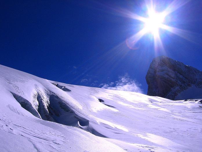 Foto: Andreas Koller / Wander Tour / Hoher Dachstein und Windlegerscharte (2996 m) / Spalten am Gosau Gletscher mit Mitterspitz (2927 m) im Hintergrund / 01.10.2007 19:31:50