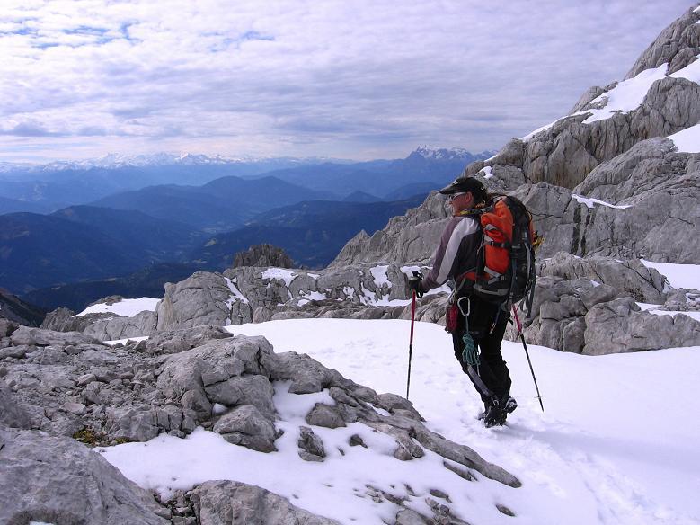 Foto: Andreas Koller / Wander Tour / Hoher Dachstein und Windlegerscharte (2996 m) / Weiter Blick von der Windlegerscharte / 01.10.2007 19:27:55
